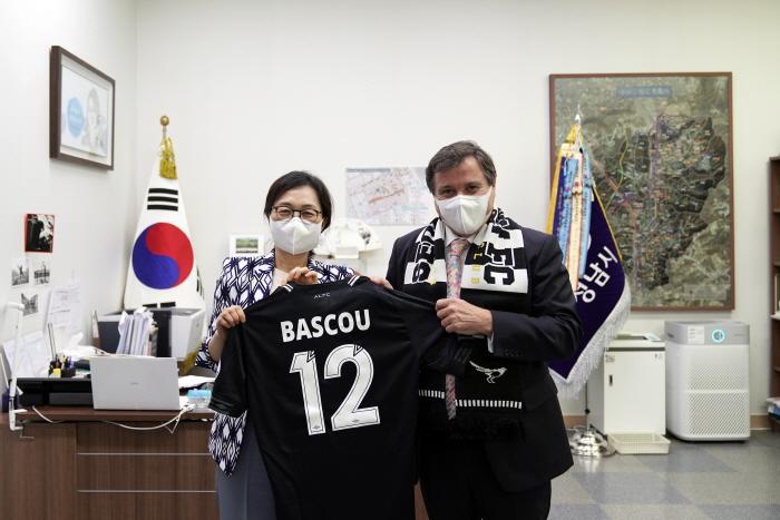성남FC 은수미 구단주, 바스쿠 주한 아르헨티나 대사 만나 축구 교류 논