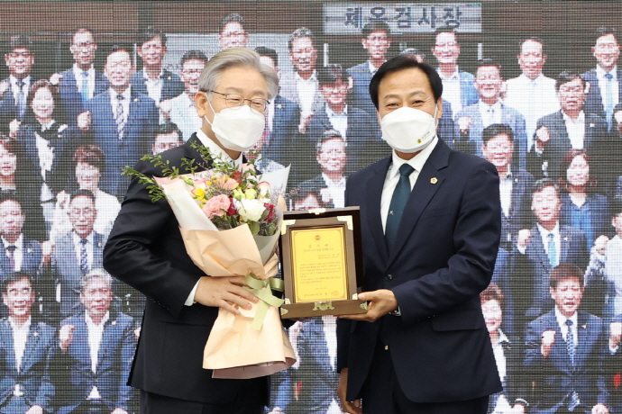 경기도의회, '이재명 도지사 감사패 수여식' ..